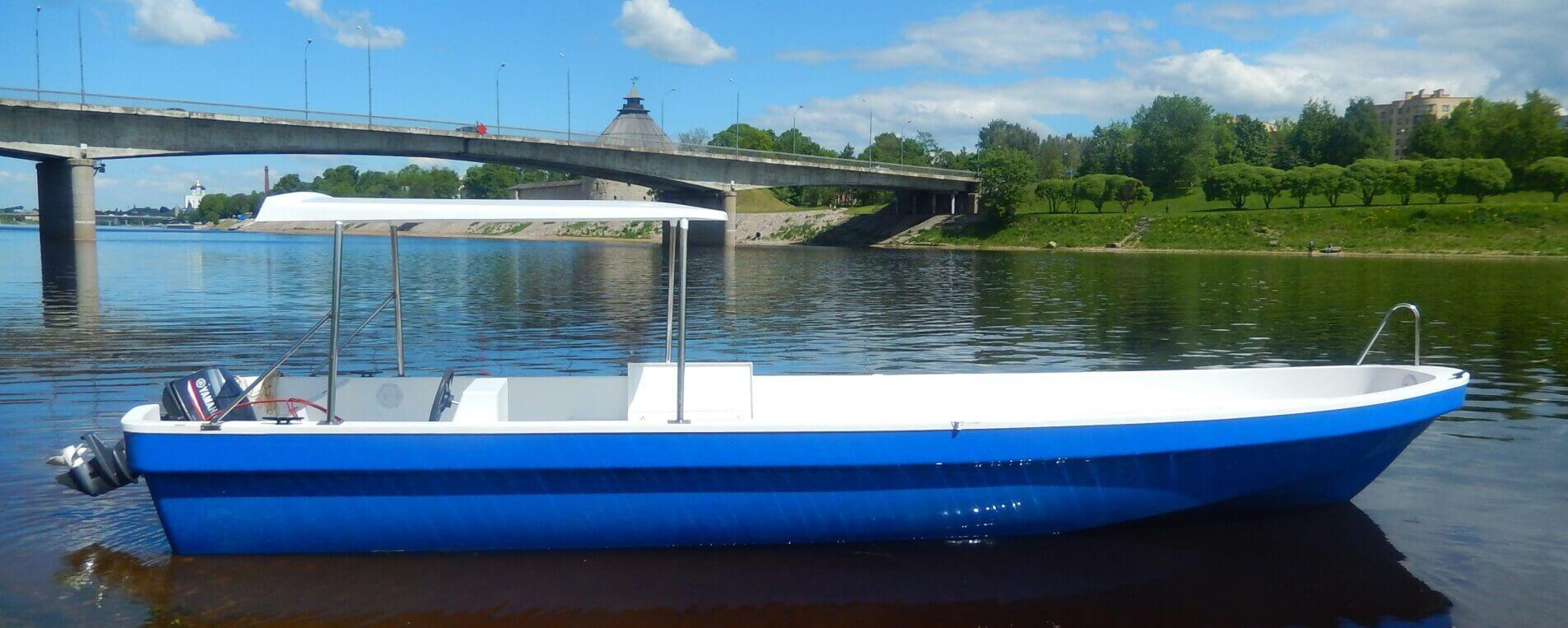 Пластиковые лодки в городе псков